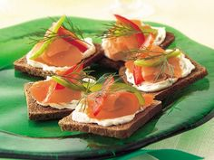 Elegant appetizers are 20 minutes away thanks to 5 ingredients! Potato Appetizers, Yummy Appetizers, Yummy Snacks, Veggie Recipes, Great Recipes, Yummy Food, Favorite Recipes, Salmon Appetizer, Gastronomia