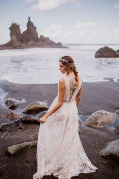 La preciosa playa de Benijo en Tenerife fue el escenario elegido para esta editorial llena de belleza, talento y carácter que muestra una sola novia con cuatro estilismos igual de impactantes y bonitos. Hoy os quiero mostrar unas imágenes muy especiales que lo son por varios motivos: por el espectacular entorno en el que se […]