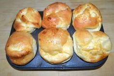 Lo Yorkshire pudding è una preparazione tipicamente anglosassone, solitamente utilizzata per accompagnare il roast beef o comunque piatti a base di carne. Si tratta di una pastella