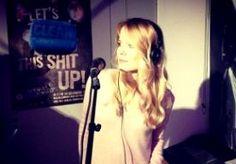 """4-Nov-2013 10:16 - 4 NOVEMBER: ILSE DELANGE LIVE BIJ GIEL. De week begint goed! De altijd vrolijke (ook op maandagochtend) Ilse DeLange was op maandag 4 oktober bij Giel om haar single 'Blue Bittersweet' live te spelen opDe Speelplaats. De nieuwe single van Ilse DeLange, 'Blue Bittersweet', is de titelsong voor de Nederlandse film Het Diner, die vanavond (4 oktober 2013) inpremière gaat. Volgens Ilse past haar liedje perfect bij de verfilming van het boek van Herman Koch. """"De titel..."""
