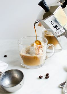Gelato affogato al caffè. A big scoop of gelato drowned in coffee. Coffee Latte, I Love Coffee, Espresso Coffee, Coffee Break, Coffee Shop, Quick Vegetarian Dinner, Vegetarian Mexican, Vegan Vegetarian, Nespresso Recipes