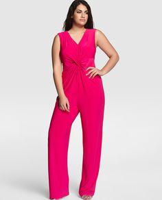 Mono largo, en color rosa fucsia. Con manga caída, escote de pico y drapeado delantero. Con cierre de cremallera en la espalda.