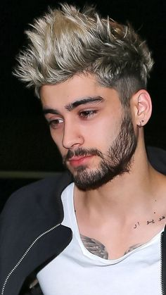 """Zayn) """"nobody will talk to me. Haircuts For Curly Hair, Haircuts For Men, Curly Hair Styles, Zayn Malik Style, Zayn Malik Photos, Zayn Mallik, One Direction Zayn Malik, Le Rosey, Zayn Malik Hairstyle"""