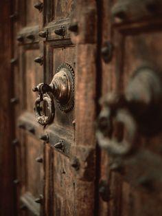 best ideas for metal door handle design Old Doors, Windows And Doors, Barn Doors, Antique Door Knobs, Antique Brass, Door Knobs And Knockers, Brass Door Handles, Door Handles Vintage, Door Detail