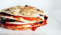 Pizzataart van tortilla's met o.a. aubergine, mozzarella & basilisum