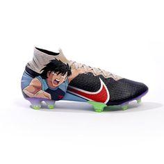 Les marques de chaussures rivalisent pour offrir aux consommateurs des paires toujours plus originales ou prestigieuses. Mais on ne s'attendait pas à ce que Nike dévoile une paire de crampons en hommage à la série préférée des amateurs de football, Olive et Tom (aussi connu sous le nom de Captain Tsubasa par les vrais fans). Créé en 1983, le dessin animé japonais a bercé l'enfance de nombreux spectateurs, qui ont suivi avec pas Olives, Gq, Olive Et Tom, Cleats, Sneakers, Skateboard, Toms, Nike, Sports