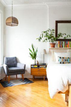 Dormitorio elegante con piso de madera y paredes blancas - Elegant bedroom with wood floor an whote walls