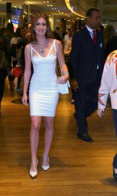 Marina Ruy Barbosa surgiu com joias avaliadas em R$ 1 milhão em evento de moda. Para valorizar a peça, ela optou por um discreto vestido monocromático branco com scarpin