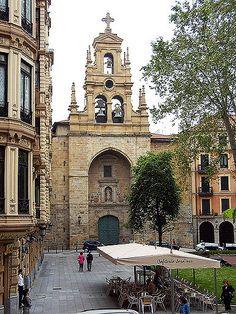 Vista de la Iglesia de San Vicente en Jardines de Albia (Bilbao)