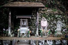 Japanese altars have the same modesty and charm that characterise the whole country. No opulence just pure devotion. . . . . #nabateaconceptstore #nabateawanderings #nabateatravels #lonelyplanet #travellgram #borntotravel #mytinyatlas #passionpassport #beautifuldestinations #alwaysgo #neverstopexploring #letsgosomewhere #discoverglobe #globe_travel #tv_travel #stilllife #simplethingsmadebeautiful #visitjapan #team_jp_ #ig_japan #ig_japan_ #fushimiinari #fushimiinaritaisha #fushimiinarishrine…