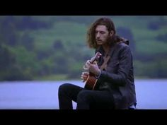 Hozier Sing 'Like Real People Do' in the Green Hills of Ireland - Esquire I love how he just looks like he's in his natural habitat singin a pretty song instead of like somebody trying to look outdoorsy who actually isn't. Music Like, Kinds Of Music, Music Is Life, My Music, Music Lyrics, Music Songs, Music Videos, Chelsea Fc, Piercings
