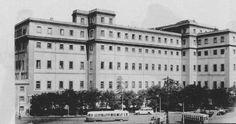 Madrid, glorieta de Atocha en 1954. Se ve un PCC probablemente de la línea 4, Ventas-Legazpi, y uno de los dos coches belgas (456 y 473) a los que se dotó de cajas análogas a las de los coches 500, pero con siete ventanas en lugar de seis. Es una foto recortada de un periódico hace la tira de años.