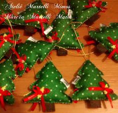 """Enfeite para árvore de natal <br> <br>Formato pinheirinho. <br> <br>Segue embalado em saquinho de celofane, amarrado com fitilho e cartãozinho """"de"""" e """"para"""". <br> <br>Acompanha tag, modelo a ser escolhido. <br> <br>Nas compras acima de 30 unidades, o frete é grátis."""