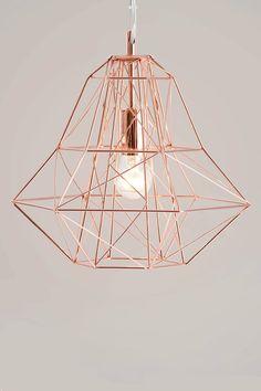 Das geometrische Design des Lampenschirms wirft Schattenspiele mit Kunstfaktor…