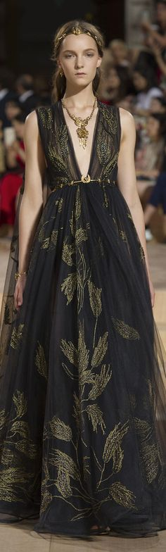 Discover the latest in designer apparel and accessories by legendary Italian fashion designer Valentino Garavani. Shop now at the official Valentino Online Boutique. Couture Fashion, Runway Fashion, High Fashion, Fashion Show, Fashion Design, Beautiful Gowns, Beautiful Outfits, Ellie Saab, Mode Inspiration