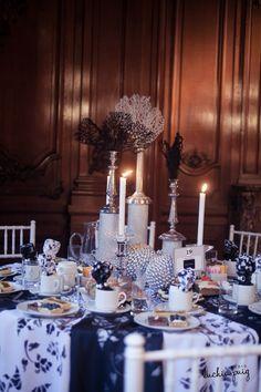 """Decoración de mesas para casamientos en blanco y negro. Un estilo sofisticado protagonizado por velas, candelabros y colores que van desde el blanco, pasan por el plata y terminan en el negro llenan la mesa y le dan la bienvenida a un menú irresistible con baguels, mini chips y budines entre otras delicias. """"Día y Noche"""" by Cesar Juririch, Catering de Jimena Monteverde"""