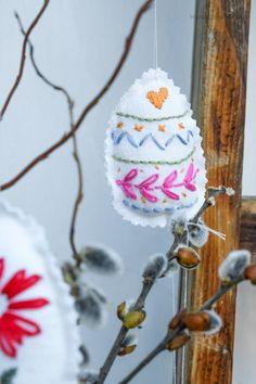 DIY Bestickte Ostereier | waseigenes.com Felt Toys, Craft Ideas, Crafty, Ornaments, How To Make, Crafts, Easter Activities, Handarbeit, Florals
