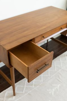 Review of the West Elm Mid Century Modern Desk in Acorn, pros and cons and is it worth it West Elm Desk, West Elm Mid Century, Mid Century Modern Desk, Black And White Theme, Buy Furniture Online, Home Desk, Drawer Knobs, Home Office Design, Furniture Inspiration