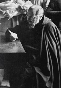 Padre Pio legge un biglietto