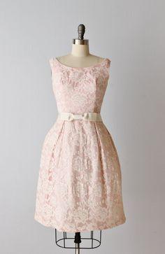 Vintage 1960s roze kant zeepbel jurk met een bijpassende bijgesneden jas. Jurk heeft een scoop neckline, rechte taille en geplooide rok met
