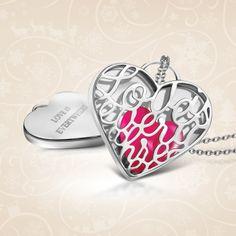 Love is Everywhere, zawieszka puzderko z wymiennymi sercami z agatu w kolorach: różowym, zielonym, niebieskim. Możliwość wykonania graweru do 10 znaków.   Cena: 329 PLN  http://www.yes.pl/49148-puzderko-love-is-everywhere-AB-S-000-000-AACL241