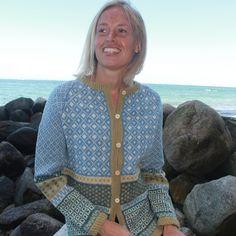 Strikkeopskrift på Søster Irene. Skøn trøje til dig, der holder af mønsterstrik. Strikkes i Supersoft 100% uld, Tvinni eller tilsvarende kvalitet.Løbelængde 100