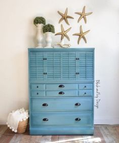 To get this color @blushandivydesign used Harbor and then a paint-wash of Simply White. We love this beach-inspired look! . . Part of the fun of painting is getting creative with colors, techniques and styles. MudPaint works great to blend colors and with different painting techniques! . . Stop by your local MudPaint retailer to pick up paint for your next project or two! . . Piece by: @blushandivydesign