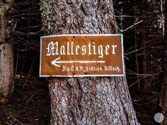 """Der Mallestiger Mittagskogel (slow. Maloško poldne) liegt in den Karawanken an der österreichisch-slowenischen Grenze. Wir haben die anspruchsvolle Tour mit leichtem Klettersteig für euch getestet! Außerdem verraten wir, was ein """"Zwölf-Uhr-Zeigeberg"""" ist. Tours, Clock, Reading"""