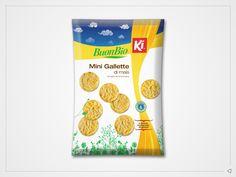 """È un packaging minimale ma informativo quello ideato per la linea """"Mini Gallette"""" marchiata Ki Group.     Colori tematici ed elementi identificativi aiutano, infatti, l'utente nel processo di identificazione della categoria merceologica del prodotto e dei suoi elementi di composizione, veicolandone i dettagli di gusto. Una confezione che pur rimanendo in perfetta linea con lo stile adottato per gli alimenti marchiati """"Ki"""", si distingue attraverso attenti accorgimenti grafici."""