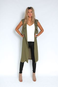 It's been a while since the military green came back with everything on the fashion circuit. The more closed, urban-print color, which has saved other. Long Vest Outfit, Vest Outfits, Mode Outfits, Casual Outfits, Fashion Outfits, Ärmelloser Mantel, Sleeveless Trench Coat, Sleeveless Blazer Outfit, Trench Coat Outfit