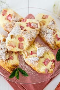 Fast curd rhubarb boats - Baking Barbarine-Schnelle Topfen Rhabarber Schiffchen – Baking Barbarine Today quickly, briefly and without opening credits: I just HAVE to give you the recipe for these rhubarb quark ships right away… - Baking Recipes, Cake Recipes, Dessert Recipes, Dinner Recipes, Food Cakes, Baking Cakes, Bread Baking, Cakes And More, Chocolate Chip Cookies