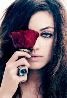 Mila Kunis shows us how to wear a statement piece <3