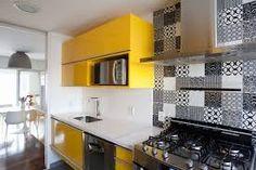 Resultado de imagem para cozinha amarela e preta