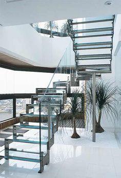 Charmosas, imponentes e indispensáveis para   garantir o acesso ao piso superior de uma construção com mais de um   pavimento, as escadas ...