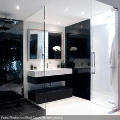 Waschtisch in Schwarz-Weiß und offene Dusche mit Glaswand | roomido.com