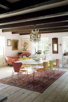 KALKSTENSHUS MED ORANGERI: I vardagsrummet, eller salen som man säger på Gotland, har Sjuanstolar och ett Superellipsbord fått sällskap av antikviteter | Lantliv