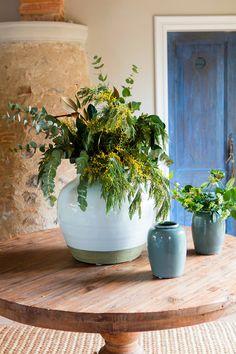 Ramos de flores: 50 arreglos llenos de color Planter Pots, Flowers, Color, Ideas, Home, White Peonies, White Hydrangeas, Green Leaves, Dahlia Bouquet