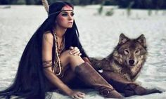O silêncio dos lobos.Somente os poderosos, sejam lobos, homens ou mulheres, respondem a um ataque verbal com o silêncio. I'm not sure what this says but what a beautiful picture of the young lady and wolf🙏🏻💟🌸 She Wolf, Wolf Girl, Of Wolf And Man, Native American Beauty, Native American Face Paint, American Spirit, Wolf Spirit, Spirit Animal, Model Foto