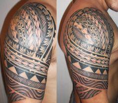 Tatouage Samoa sur l'Épaule et le Haut Bras d'un Homme avec Files de Gros Symboles et Bandages/tressages - Samoan Tattoo on Shoulder and Upper Arm : http://tatouages-polynesiens.polinesia2012.com/tattoo-samoa/