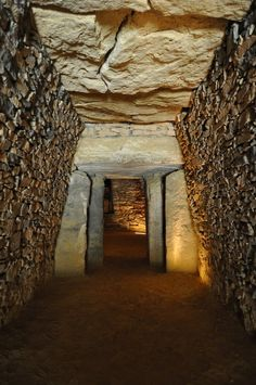Dolmen del Romeral, Antequera. Málaga. Historical Architecture, Amazing Architecture, Architecture Art, Ancient Aliens, Ancient Art, Ancient Mysteries, Stone Work, Ancient Civilizations, Land Art
