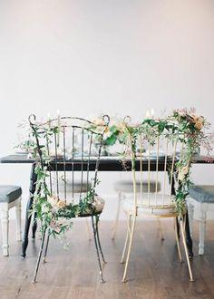 Des fleurs fraîches pour personnaliser les chaises