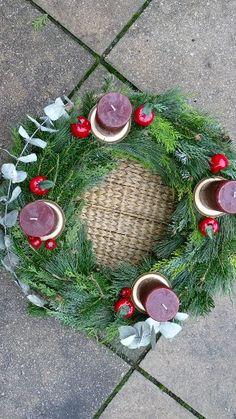 Schau Dir an, wie simpel das Tür- oder Adventkranzbinden funktioniert und mach Dir die schönsten Türkränze ab sofort selbst! Der Adventskranz ist DAS DIY-Projekt, das Dich in Weihnachtsstimmung bringt, und macht ganz viel Vorfreude aufs Basteln im Advent.