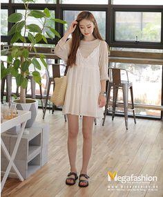 Váy yếm pha bèo viền cổ với kiểu dáng váy hai dây mix cùng áo thun đem lại vẻ đẹp nữ tính cho bạn gái trong mùa hè