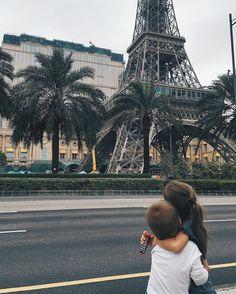 В Макао даже собственный Париж есть Тоже отель и пока только строится, но уже очень симпатичный и красуется теперь у меня на фотообоях Macao will soon has its own Eiffel Tower and part of Paris. The hotel is still underway but it is already so beautiful that I put on my wallpaper .