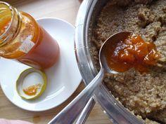 Orechová plnka excelentná (fotorecept)                                   350  ml, horúca voda 200 g cukor kryštál 400 g mleté vlašské orechy 1 KL perníkové korenie   z jedného ciróna citrónová kôra 2 PL, (použila som zlaté) hrozienka biele 1,5 PL rum 1 PL džem marhuľový 1 bal cukor vanilkový