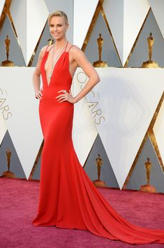 Charlize Theron wearing a Dior Haute Couture dress and Harry Winston diamonds at the 2016 Oscars. Dior Haute Couture, Haute Couture Dresses, Couture Fashion, Dior Fashion, Fashion 2016, Charlize Theron, Oscars Red Carpet Dresses, Red Carpet Gowns, Harry Winston