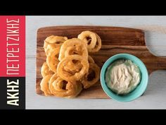 Onion rings by Greek chef Akis Petretizikis. Make the crunchiest, most delicious onion rings that are a perfect snack or appetizer and serve with dipping sauce! Avocado Dip, Greek Cooking, Savory Tart, Onion Rings, Greek Recipes, Akita, Street Food, Finger Foods, Side Dishes