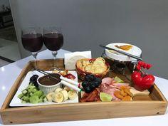 Bandeja Posta para SAIR DA ROTINA Romantic Dinner Tables, Romantic Dinners, Fondue, Comida Diy, Breakfast Tray, Cooking Recipes, Healthy Recipes, Diy Food, Finger Foods