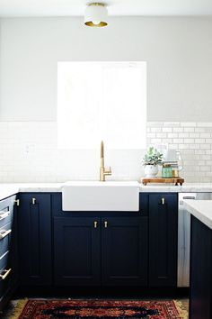 Navy cabinets, white counters, and brass fixtures for a fresh look. Navy cabinets, white counters, and brass fixtures for a fresh look. Kitchen And Bath, Diy Kitchen, Kitchen Interior, Kitchen Decor, Kitchen Ideas, Gold Kitchen, Kitchen White, Stylish Kitchen, Kitchen Designs