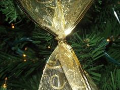 How to Criss Cross Ribbon on a Christmas Tree Learn how to decorate a Christmas tree by crisscrossing ribbon to create a beautiful design. Super easy and super quick! Ribbon On Christmas Tree, Christmas Love, Christmas And New Year, All Things Christmas, Christmas Holidays, Christmas Crafts, Christmas Trees, Merry Christmas, Christmas 2017